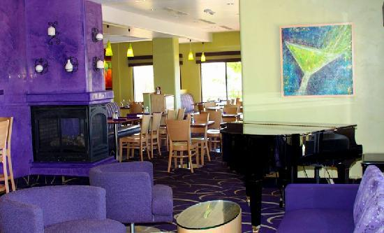 Market Grill Steak & Seafood: Relax & Enjoy a Drink in the Lounge