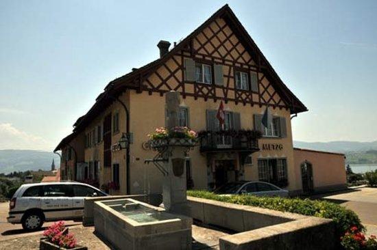 Hotel Gasthof Metzg: Hotel mit Brunnen