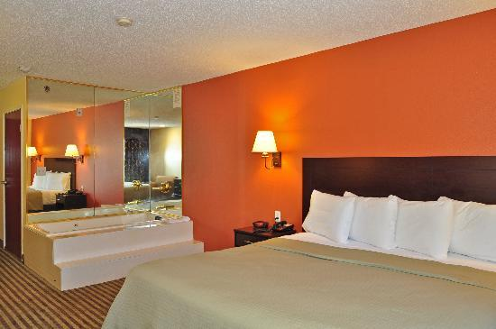 Super 8 Alexandria I-49: Jacuzzi suite with Kingsize Bed