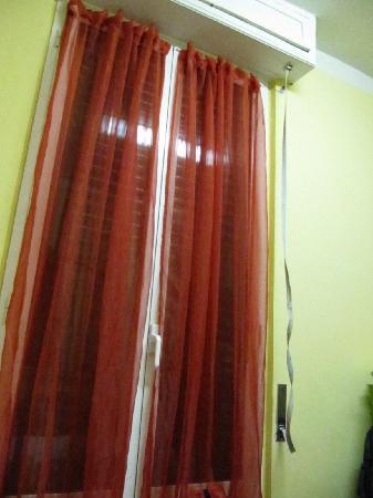 Hotel Massena: serranda rotta camera al buio totale e senza aria
