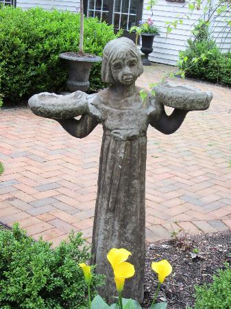 The Welsh Hills Inn: garden angel