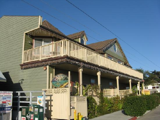 Cayucos Sunset Inn: Inn from the street with a view of the patios overlooking the ocean.