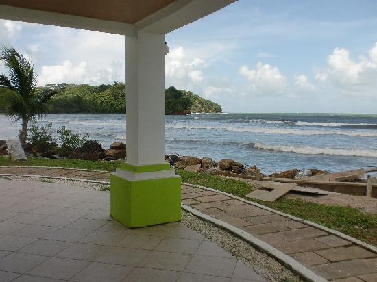 D' Coconut Cove Holiday Beach Resort : facing the beach