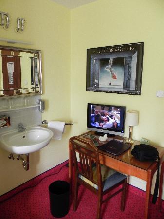Hotel Nymphenburg: Desk and sink.