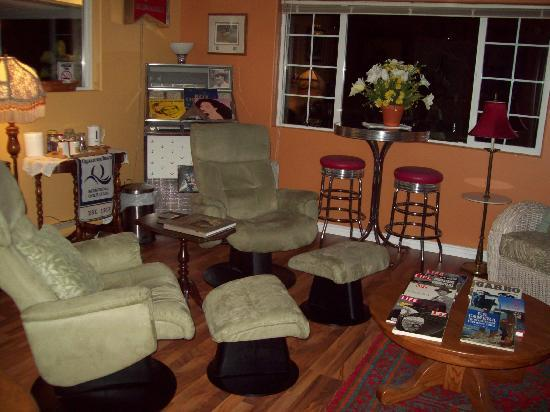 Qualicum House: guest lounge