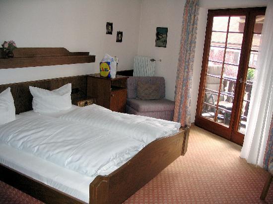 Staufen, Germania: Spotless room, with balcony
