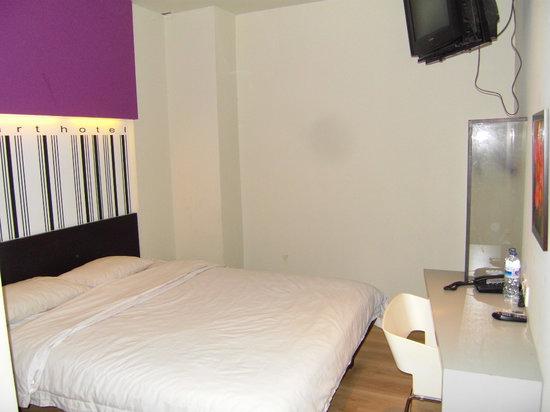 Smart Hotel: Simple, dim, windowless room