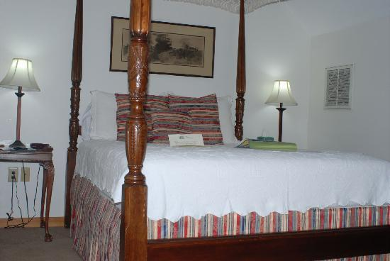 The Cove Bed and Breakfast: Nice comfy bed!