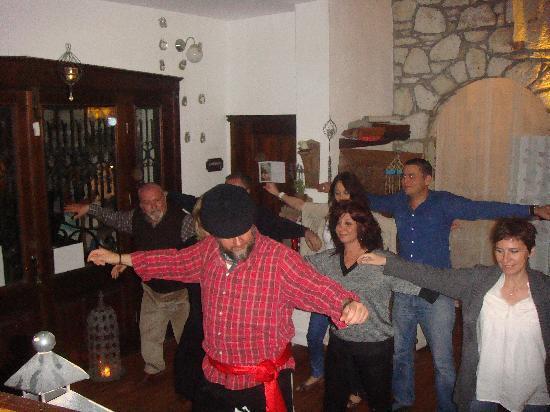 Sardunaki Konak Otel: Sardunaki'de Sirtaki öğreniyoruz....