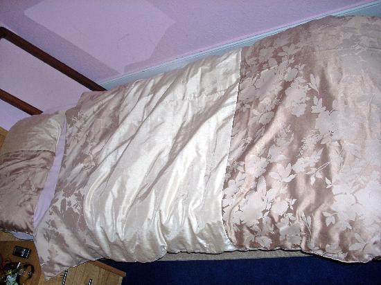 Bowmore Hotel: Tiny bed