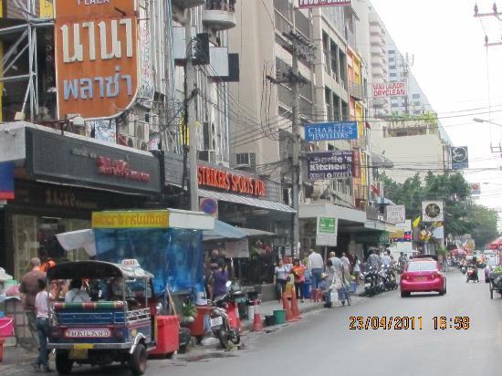 Nana Hotel: ホテルの前の道路