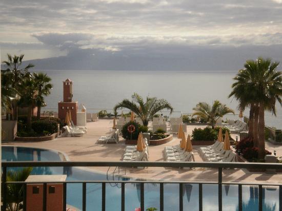Hinchable piscina picture of be live family costa los for Piscina natural de puerto santiago