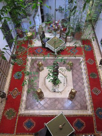 Riad Dar Eliane: Looking down onto the courtyard from the first floor