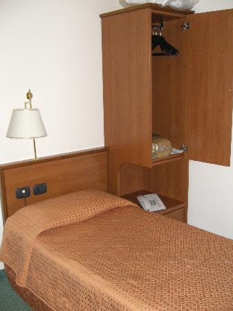 bett mit schrank im ez picture of hotel italia verona. Black Bedroom Furniture Sets. Home Design Ideas