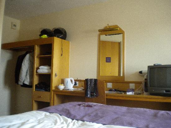 Premier Inn Caerphilly Crossways Hotel : Comfy big bed