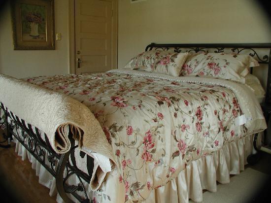 Garden Manor Bed & Breakfast : The Rose Room