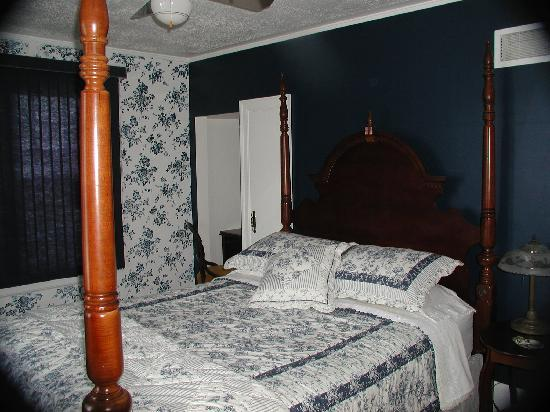 Garden Manor Bed & Breakfast: The Navy Room
