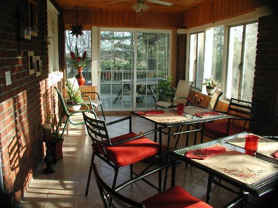 Garden Manor Bed & Breakfast: The Sunroom