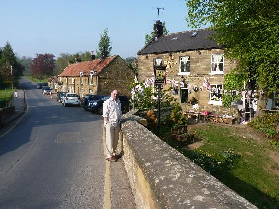 Lealholm, UK: view of pub from bridge