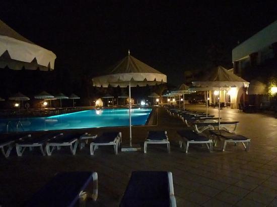 Dessole Royal Lido Resort & Spa : piscine en nocturne