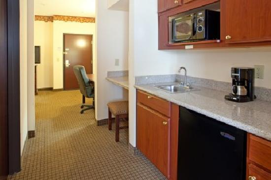 ‪‪Quality Inn & Suites IAH Bush Airport – East‬: Kitchenette‬