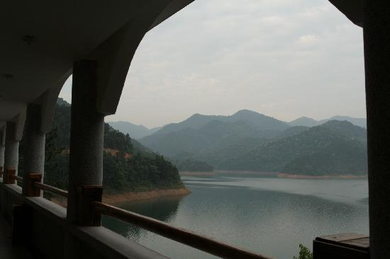 Pinghu Holiday Hotel: The view of reservoir