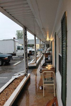 Bedford Motel: sidewalk