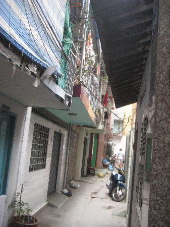 Vy Khanh Guesthouse: The Alley