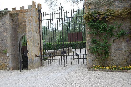 Chateau de Vault-de-Lugny : Gated Entrance
