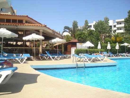Sun Beach Resort Complex: Plenty of sun beds in the pool area