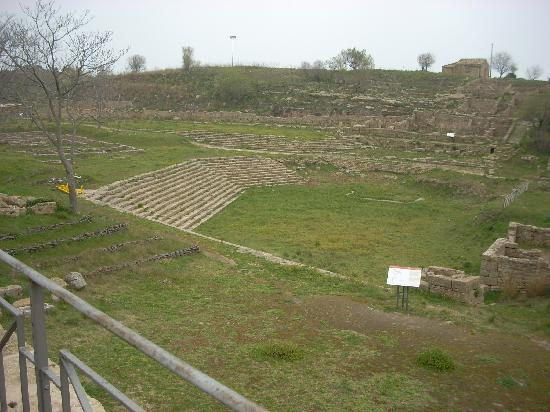 La Dea di Morgantina : Another view of the Ekklesiasterion with the best villas in the background