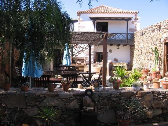 Casa Isaitas: Breakfast garden next to restaurant,