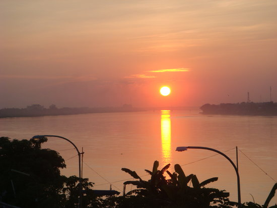 Nong Khai, Thailand: Mekong sunset over Friendship Bridge