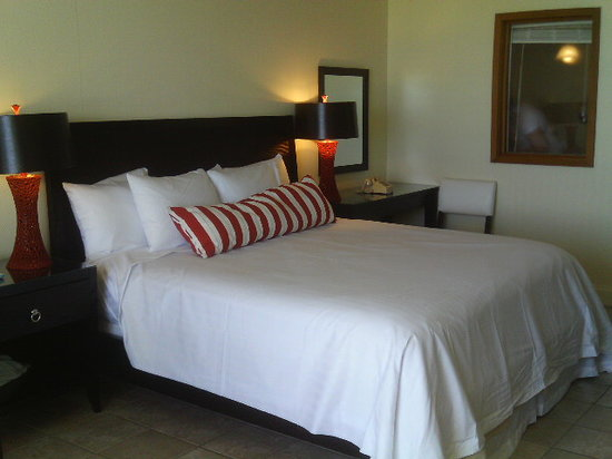 Blockade Runner Beach Resort : king size bed