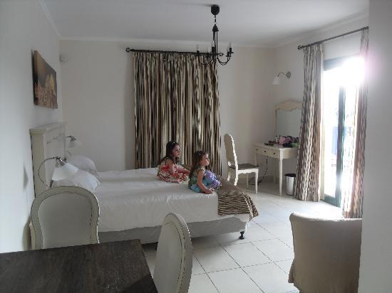 Aliathon Holiday Village: The main room
