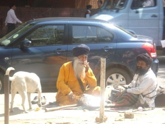 D jeuner entre amis devant l 39 entr e du temple sikh for Dejeuner entre amis