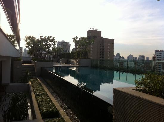 Pan Pacific Serviced Suites Bangkok: Swimming pool at 5.30pm