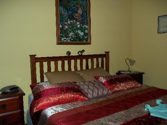The Noble Grape Guest House: The Noble Grape, comfy bedroom.