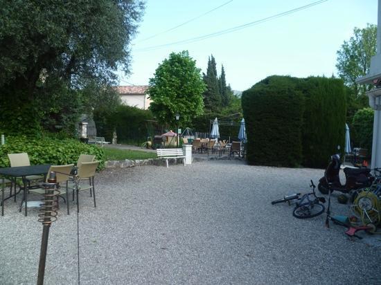 Logis Hotel des Cayrons: vue de l'aire de jeux