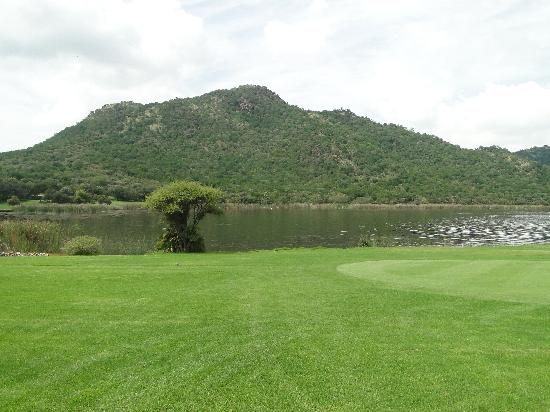 Sun City, Sudáfrica: Walking path next to the Golf course
