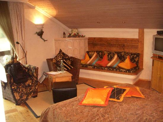 Berghotel Schlossanger Alp : Bed and sitting area with warming oven