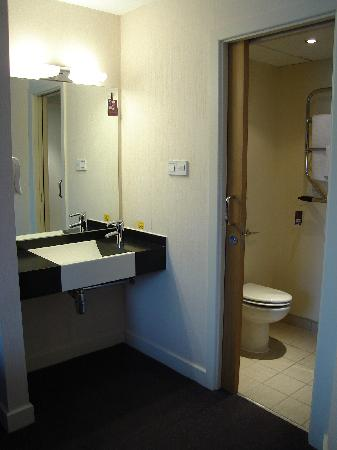 Premier Inn Portsmouth Port Solent Hotel: Bathroom