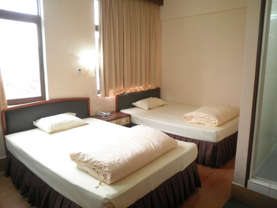 Ko Wah Hotel: 2nd room with 2 queen size bed