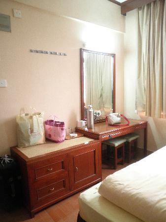 Ko Wah Hotel: 2nd room with dressing table and place to put your luggage