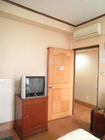Ko Wah Hotel : 2nd room still with black box tv