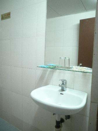 Ko Wah Hotel: 2nd room toilet