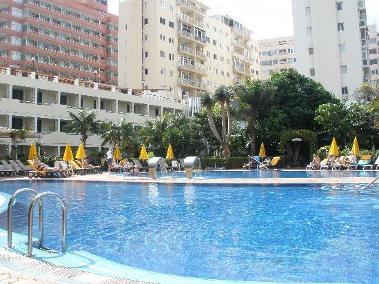 H10 Tenerife Playa: Pool with our room behind - Room 237