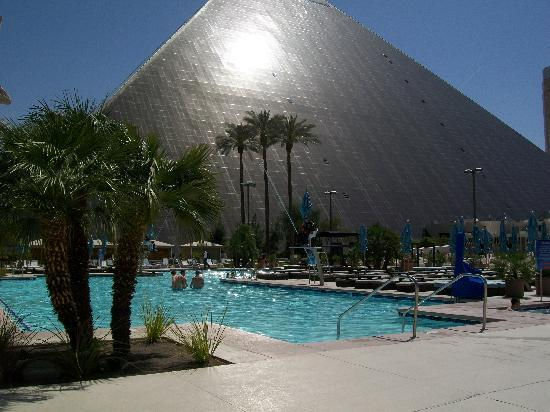 Luxor swimming pool picture of luxor las vegas las vegas tripadvisor - Las vegas swimming pools ...