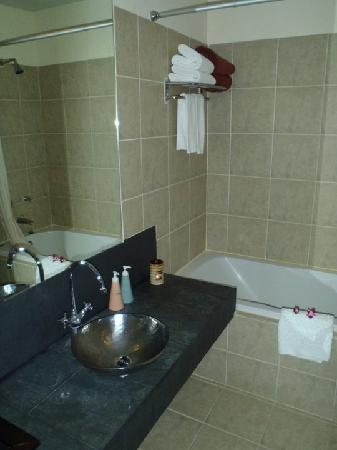 Amarin Samui Hotel: The Toilet with bath tub