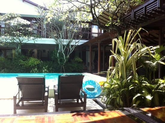 Villa Casis: エントランス側リビングから見たプール